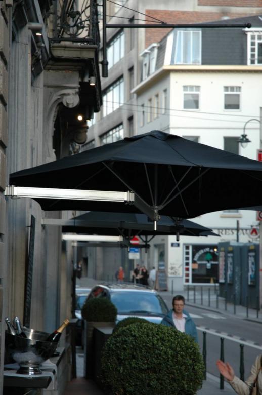 Parasol au-dessus des tables Paraflex Wallflex UMBROSA