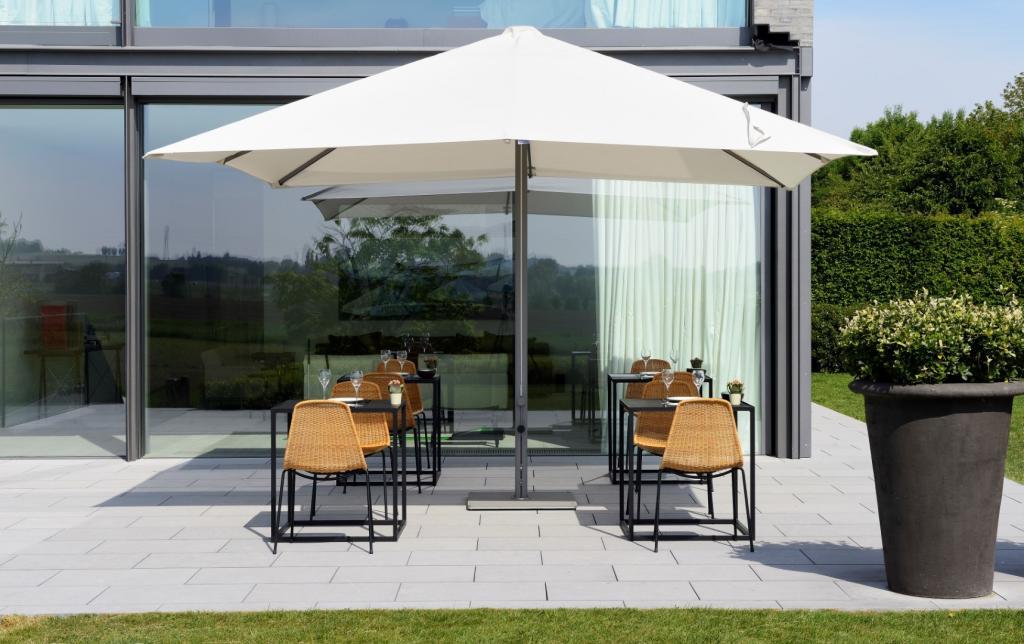 grand parasol haut de gamme 4x4m pour restaurant